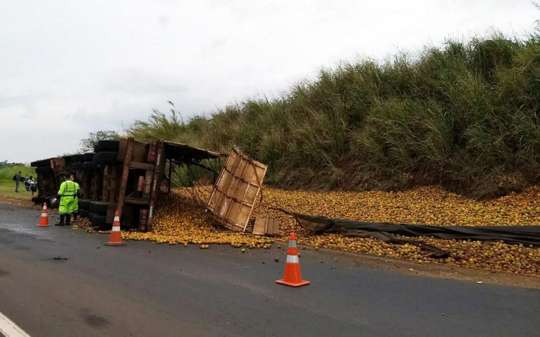 Barra Bonita: Caminhão carregado com laranjas tomba em rodovia