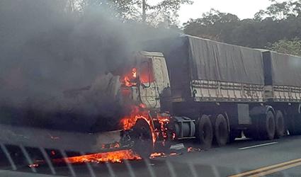 Jaú – Bariri: Carreta carregada com milho pega fogo