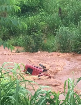 Pederneiras: Caminhão cai em rio após colisão