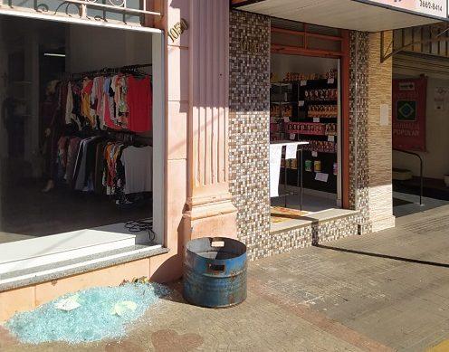 Lojas e casa são furtadas no mesmo dia