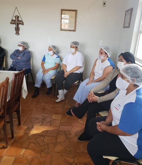 Colaboradoras do Lar Vicentino recebem treinamento sobre Covid-19