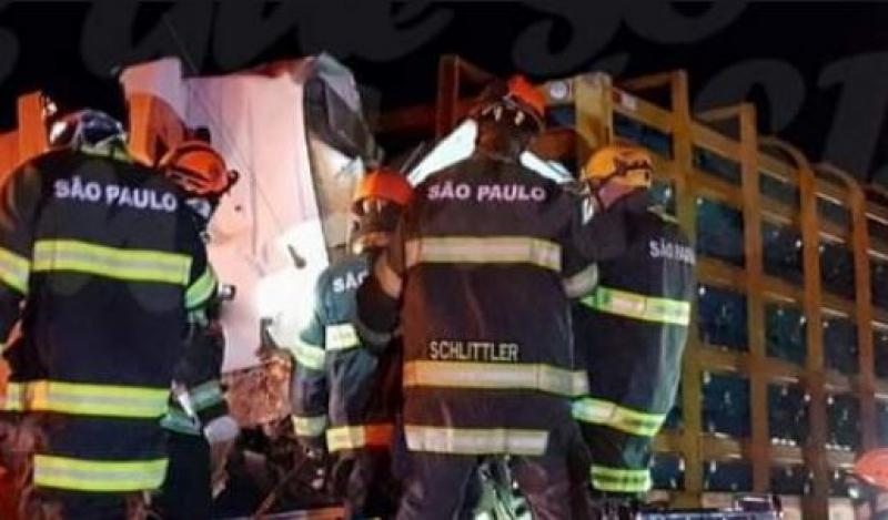 SP-261: Colisão deixa vítima fatal e provoca vazamento de gás