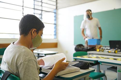Escolas estaduais reabrem para aulas presenciais na próxima quarta em SP