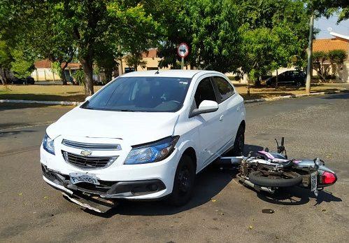 BARIRI: Motociclista fratura tornozelo em acidente